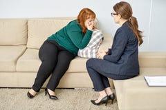 Mujer obesa que tiene el psiquiatra Consultation fotos de archivo
