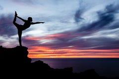 Mujer, océano y puesta del sol de la yoga