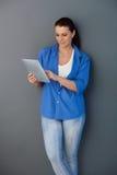 Mujer ocasional con el ordenador de la pantalla táctil Foto de archivo