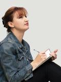Mujer ocasional con su diario Fotos de archivo libres de regalías
