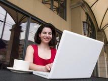 Mujer ocasional de la computadora portátil Imagenes de archivo