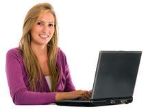 Mujer ocasional en una computadora portátil Imagenes de archivo