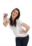 Mujer ocasional linda que toma la foto en cámaras digitales Imagen de archivo libre de regalías