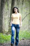 Mujer ocasional que recorre en bosque Foto de archivo libre de regalías