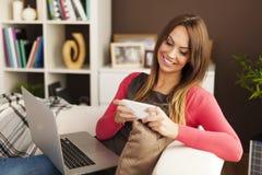 Mujer ocupada en casa imagen de archivo libre de regalías