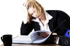 Mujer ocupada en un escritorio de oficina Imágenes de archivo libres de regalías