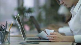Mujer ocupada que comprueba documentos importantes, analizando las cartas, procesando datos almacen de video