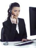 Mujer ocupada que oye seriamente al cliente hablar imagen de archivo