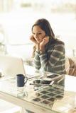 Mujer ocupada que trabaja con su ordenador portátil Foto de archivo libre de regalías