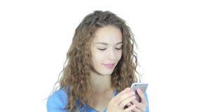 Mujer ocupada usando Smartphone, fondo blanco, jóvenes, almacen de metraje de vídeo