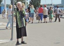 Mujer olvidada de los ancianos de los parientes Imagen de archivo