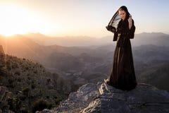 Mujer omaní en las montañas Imagenes de archivo