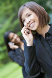 Mujer oriental asiática china en su teléfono celular Foto de archivo libre de regalías
