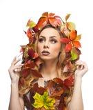 Mujer otoñal Estilo creativo hermoso del maquillaje y de pelo en tiro del estudio del concepto de la caída Muchacha del modelo de Fotos de archivo