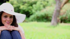 Mujer pacífica que se sienta en la hierba metrajes