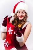 Mujer Papá Noel con un regalo grande Foto de archivo
