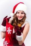 Mujer Papá Noel con un regalo grande Fotos de archivo