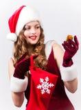Mujer Papá Noel con un regalo grande Imagen de archivo libre de regalías