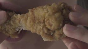 Mujer para comer el pollo frito almacen de video