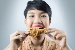 Mujer para comer el pollo frito fotografía de archivo