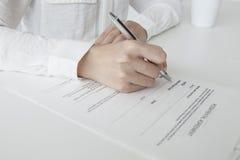 Mujer para firmar un contrato de las propiedades inmobiliarias Foto de archivo libre de regalías