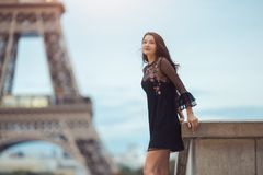 Mujer parisiense cerca de la torre Eiffel en París, Francia imagenes de archivo