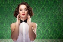 Mujer pasada de moda en fondo del verde del vintage Imagenes de archivo