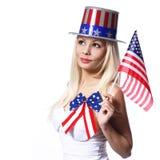 Mujer patriótica con la bandera americana aislada en blanco Foto de archivo libre de regalías