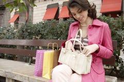 Mujer peculiar con compras Foto de archivo