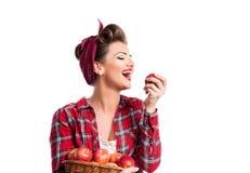 Mujer, peinado del perno-para arriba que sostiene la cesta, comiendo la manzana Otoño har Imagenes de archivo