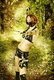 Mujer peligrosa atractiva en bosque mágico Imagenes de archivo