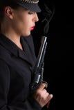 Mujer peligrosa en negro con la arma de mano que fuma de plata Fotos de archivo libres de regalías