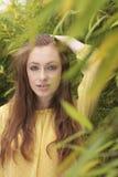 Mujer pelirroja atractiva al aire libre imagen de archivo