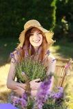 Mujer pelirroja atractiva con el sombrero de paja en verano imágenes de archivo libres de regalías