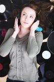 Mujer pelirroja atractiva que miente en el piso Imagenes de archivo