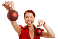Mujer pelirroja con el árbol de navidad Fotos de archivo libres de regalías