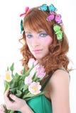 Mujer pelirroja con las flores Imagenes de archivo