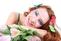 Mujer pelirroja con las flores Imagen de archivo