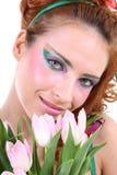 Mujer pelirroja con las flores Foto de archivo