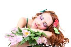 Mujer pelirroja con las flores y las mariposas Imagenes de archivo
