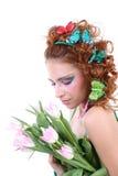 Mujer pelirroja con las flores y las mariposas Foto de archivo libre de regalías