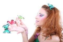 Mujer pelirroja con las mariposas Imagen de archivo libre de regalías