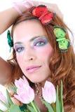 Mujer pelirroja con las mariposas en su cabeza Fotografía de archivo libre de regalías