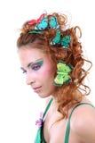 Mujer pelirroja con las mariposas en su cabeza Imagenes de archivo