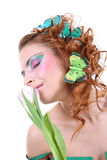 Mujer pelirroja con las mariposas en su cabeza Fotografía de archivo