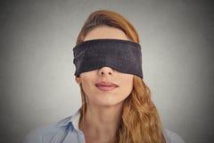 Mujer pelirroja con los ojos vendados Imagen de archivo