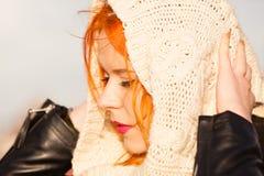Mujer pelirroja de la cara de la belleza en la ropa caliente al aire libre Foto de archivo libre de regalías