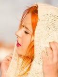 Mujer pelirroja de la cara de la belleza en la ropa caliente al aire libre Imagen de archivo