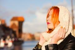 Mujer pelirroja de la cara de la belleza en la ropa caliente al aire libre Fotos de archivo libres de regalías