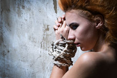 Mujer pelirroja desnuda atada con una cuerda Fotografía de archivo